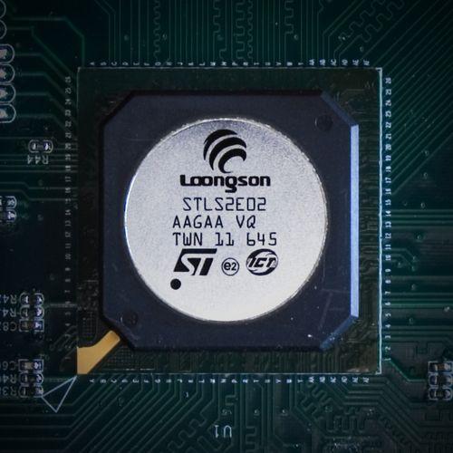 龙芯2c采用180nm的cmos工艺制造,片上集成了1350万个晶体管,硅片